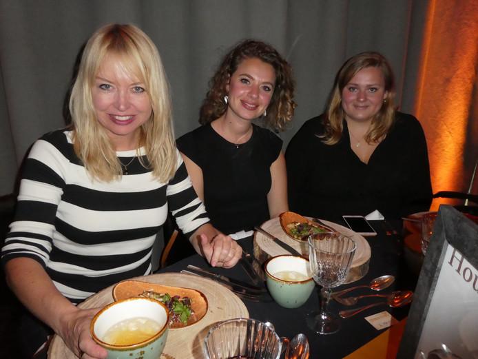 """Hilmar Mulder (Libelle), Claire Eggens (Oona) en Mariëlle Wisse (Vrouw), die het gerecht Chicken for the Hound verklaart: """"Hound eet altijd kip en gooit dan botjes weg."""""""