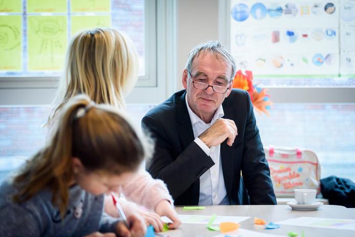 Scholieren van groep 6, 7 en 8 denken samen met Pieter van Geel mee over de toekomst van Eindhoven Airport.