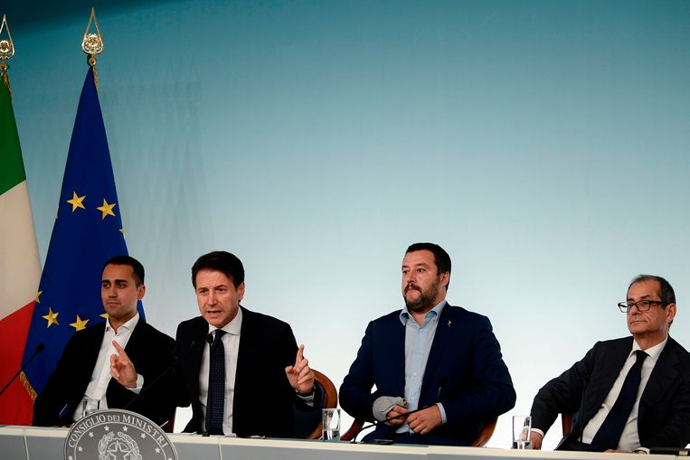 De Italiaanse premier Giuseppe Conte presenteert samen met onder andere de Minister van Economische Ontwikkeling de landelijke begroting aan de Europese Commissie. Beeld null