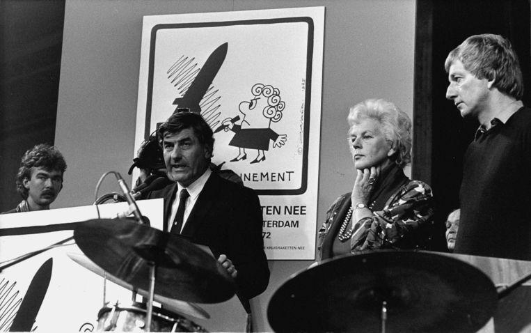 Premier Ruud Lubbers spreekt op 29 oktober 1983 de ruggen van duizenden demonstrerende tegenstanders van kruisraketten toe.  Beeld Werry Crone