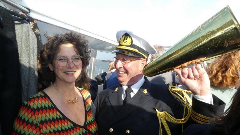 Wethouder Marieke van Doorninck: 'De nieuwe toegang naar IJburg. Ik hoop op een toeristische trekpleister. Dat verdient IJburg.' Met ceremonieel kapitein Peet Vermeulen. Beeld Hans van der Beek