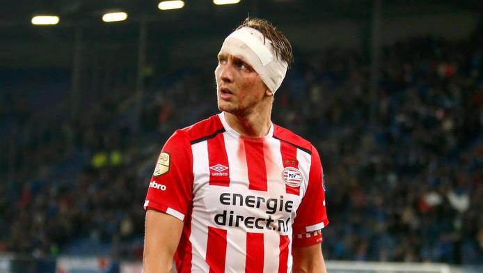 De lichtgewonde Luuk de Jong druipt na een botsing balend af in Heerenveen.