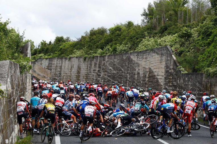 Grote valpartij in het begin van de zesde rit van de Giro.