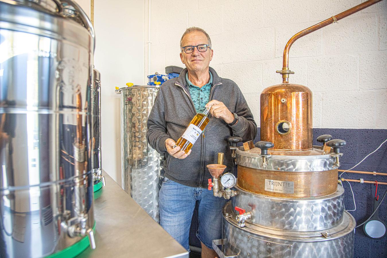 Zwollenaar Richard Rijnja maakt van zijn hobby - het brouwen van likeuren en whiskey - nu zijn beroep.