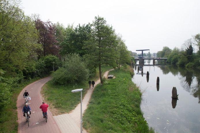 De Oude IJssel en de fietsbrug gezien vanaf de Europabrug.
