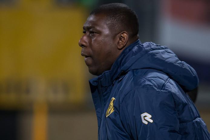 Regilio Vrede langs het veld als assistent bij Roda JC.