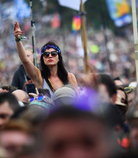15.000 man maken vredesteken op Glastonbury