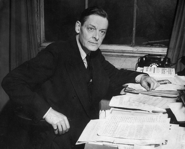 TS Eliot (1888-1965) aan zijn bureau, in 1944.   Beeld The LIFE Picture Collection via Getty