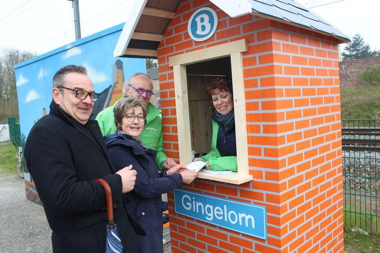 Leden van Greenpeace plaatsten een nieuw wachthuisje aan het station