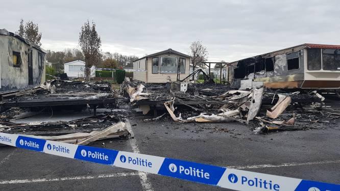 Drie stacaravans volledig uitgebrand op camping en twee zwaar beschadigd: politie en parket vermoeden brandstichting