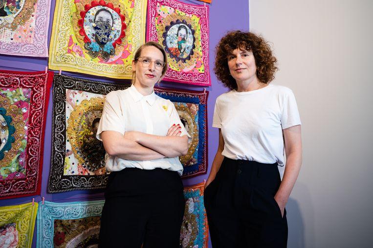 Curator Rieke Vos (links) en directeur Kim Tuin voor Of 72 van Ebony G. Patterson   Beeld Katja Poelwijk