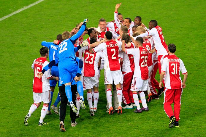 De langste van alle inhaalraces: Ajax heeft bij het slotduel van seizoen 2011/12 toch nog de titel binnen na 13 punten te hebben achtergestaan op AZ. De club uit Alkmaar eindigt zelfs als vierde.