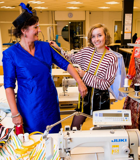 Zevenbergse Yvette (19) ontwerpt Prinsjesdag-outfit VVD-Kamerlid