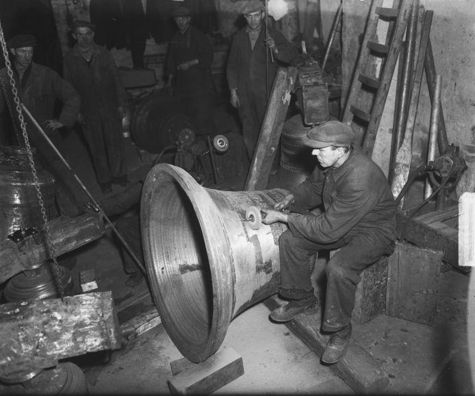 Een klokkengieter aan het werk bij firma Van Bergen in Heiligerlee, in 1949.