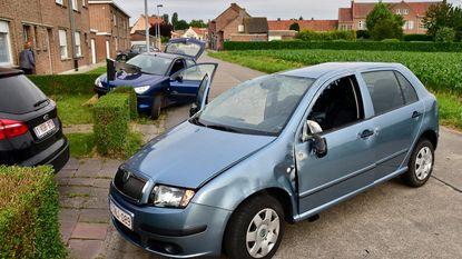 Automobilist ramt geparkeerde wagen