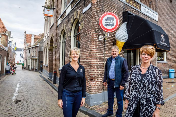 De Brouwerstraat is sinds woensdag afgesloten voor groot verkeer. Tot vreugde van Annemarie Tolner, Steven de Jonge en Marianne Schoppert (vlnr).