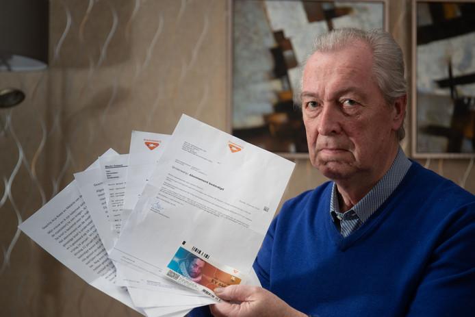 De nabestaanden van Martin Dalsem uit Kampen kregen een brief van de Staatsloterij. Meneer Dalsem zelf toont, met de correspondentie in zijn handen, aan dat hij nog leeft.