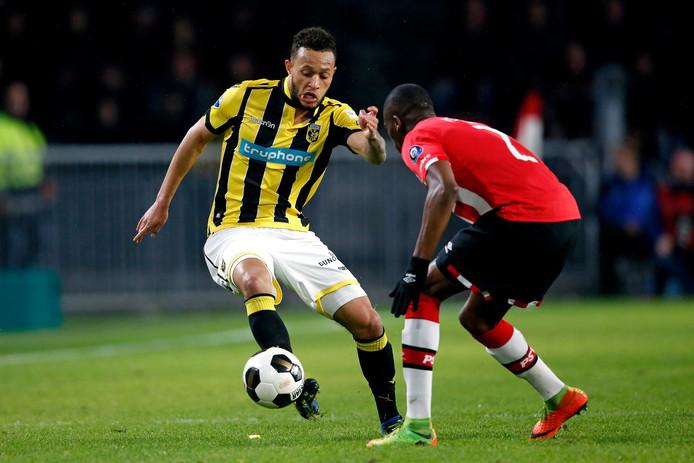 Lewis Baker in duel met Nicolas Isimat Mirin van PSV