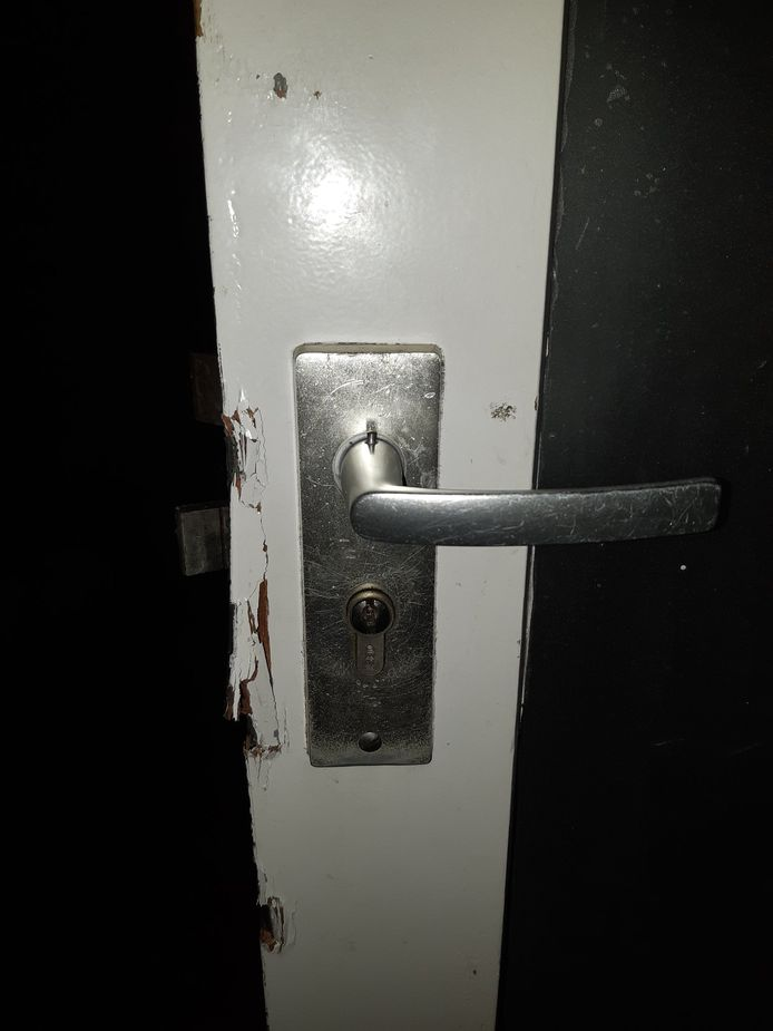 De deur van de woning is opengebroken.