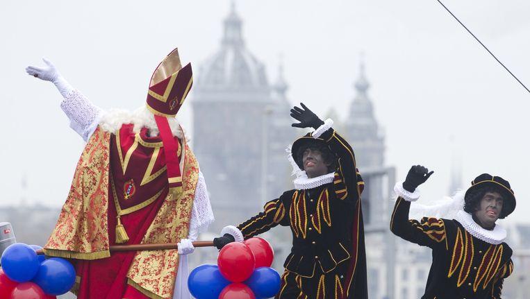 Sint en Pieten tijdens de intocht in Amsterdam. Beeld anp
