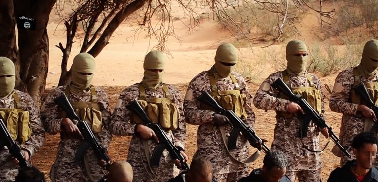 Beeld uit een video van IS waarin te zien is hoe migranten uit Ethiopië en Eritrea worden geëxecuteerd in het zuiden van Libië. Beeld null