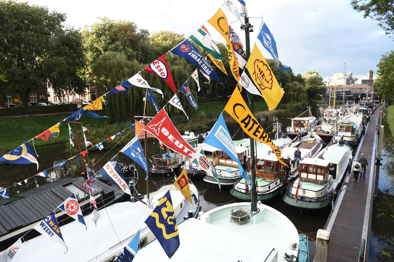 Veel boten met vlaggetjes bij Maritiem 's-Hertogenbosch.
