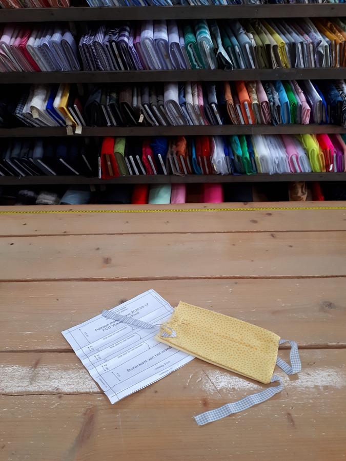 Eigenaresse van T Winkeltje van Kampen zoekt vrijwilligers die mondkapjes kunnen naaien voor de zorg in Kampen.