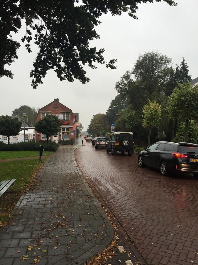 's Ochtends staat er een file op het Lichttorenhoofd, vanaf het plein naar de spoorwegovergang bij de Liesbosweg. En dat wordt alleen nog maar drukker, voorspellen de ondernemers aan het Van Bergenplein.