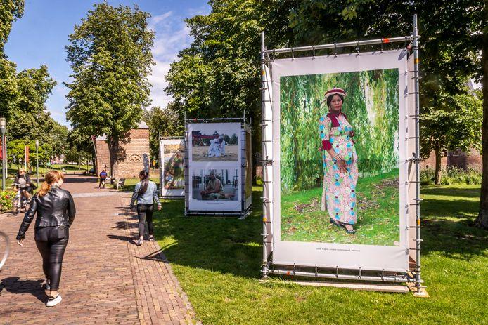 Een wandeling van ruim twee kilometer door Helmond gaat langs de foto's van het Goeikes-project. In de kasteeltuin staan foto's van Monique Hoffman.