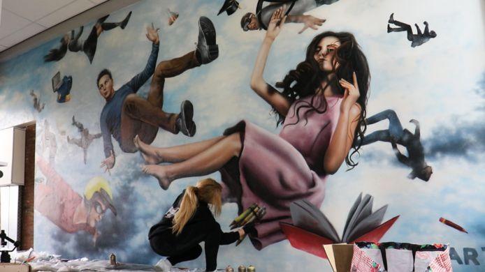 Rosalie de Graaf uit Doesburg aan het werk op een middelbare school in Lichtenvoorde.