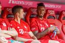 Jérôme Boateng op de bank in gesprek met Thomas Müller.
