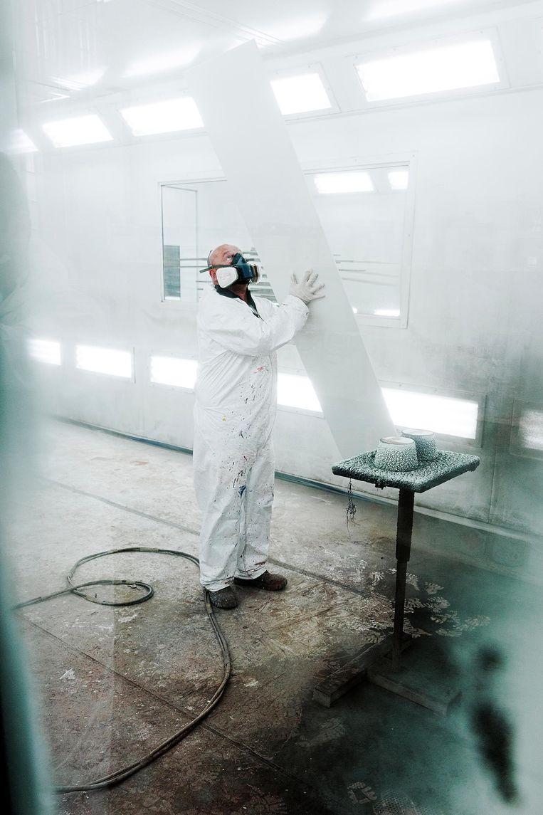 16:00 uur Houten: Arnold Zwambach in de spuiterij van meubelfabriek Pastoe Beeld Daniël Rosenthal