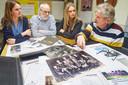 Diny van Hoften (links) en Marion van Bergen doen onderzoek voor hun documentaire en krijgen hulp van Wim Rovers en Willem Keeris.