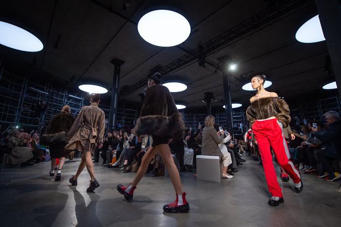 Modellen op de catwalk tijdens de London Fashion Week met de Burberry herfst/winter-collectie voor 2019.