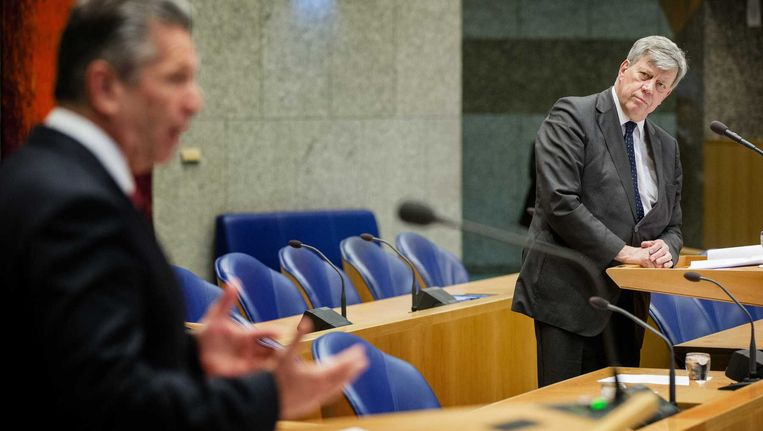 Minister Ivo Opstelten van Veiligheid en Justitie luistert naar de bijdrage van Louis Bontes (Groep Bontes/Van Klaveren). Beeld anp