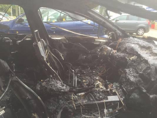 Van de binnenkant van de auto bleef weinig over na de brand.