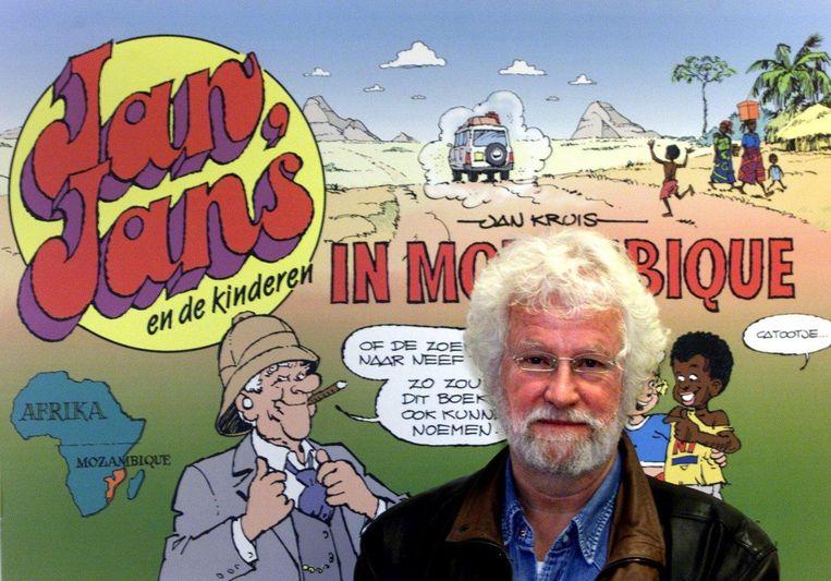 Jan Kruis met op de achtergrond zijn stripalbum Jan, Jans en de kinderen in Mozambique, in 2001. Beeld anp