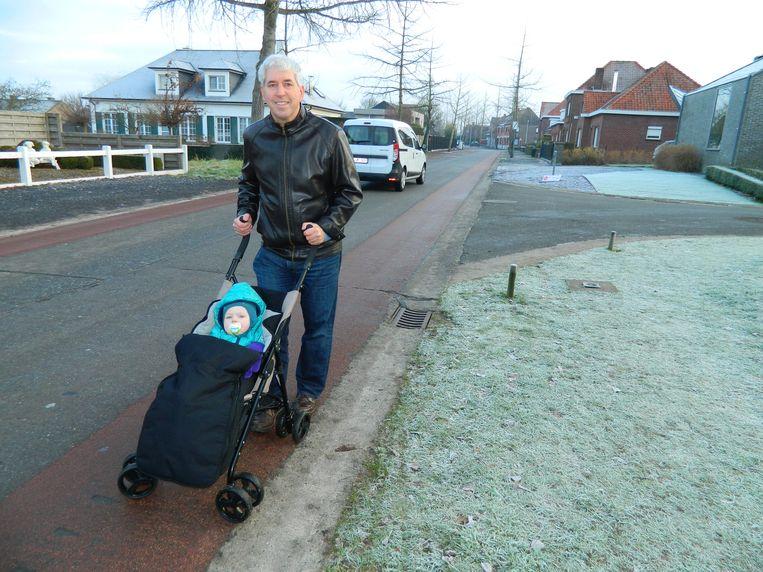 Patrick Bleyenberg waagt zich, met zijn kleinzoon in een kinderwagen, door de Weibroekdreef. Maar veilig is dat niet.