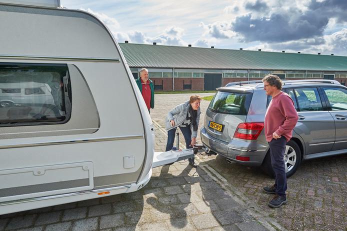 Dolf en Truus Dooper uit Oss komen hun caravan ophalen voor hun reis naar Corsica.  Theo had hem buiten al voor hun klaargezet.