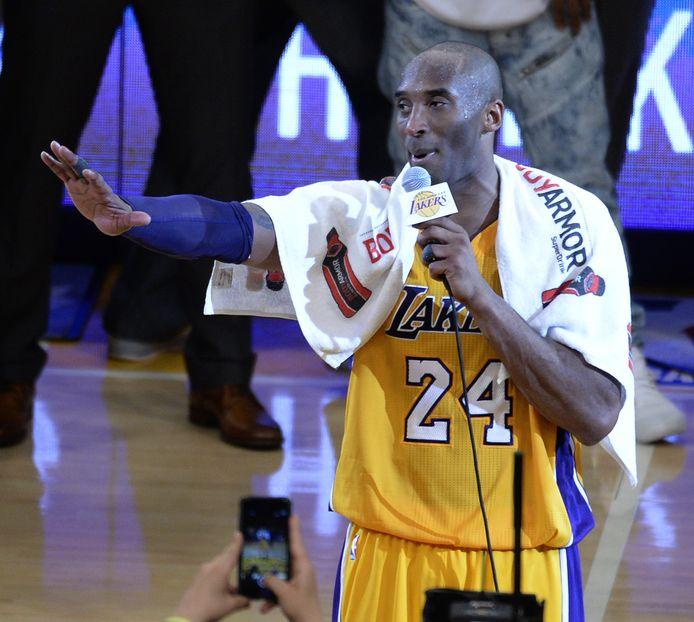 De handdoek die wijlen Kobe Bryant om zijn nek hing na z'n laatste wedstrijd voor de LA Lakers in april 2016, is zondag op een online veiling voor ruim 32.000 dollar onder de hamer gegaan.