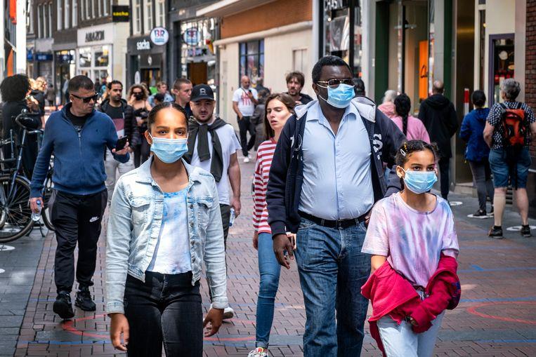De Nieuwendijk. Burgemeester Halsema moet beslissen of een mondkapjesplicht in de binnenstad soms nuttig is. Beeld Hollandse Hoogte / Ramon van Flymen