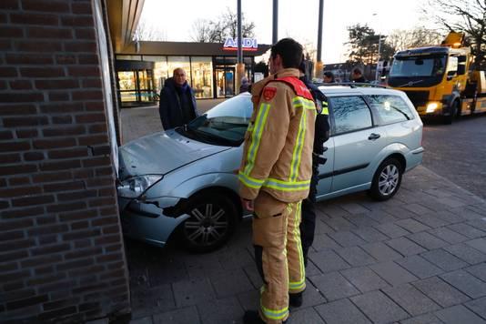 Auto rijdt in keuken van toko Eindhoven