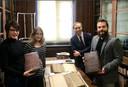 Poserend in de Universiteitsbibliotheek van Bristol, de experts die de gevonden pagina's onderzoeken. Vlnr: Leah Tether, Laura Chuhan Campbell, Michael Richardson en Benjamin Pohl.