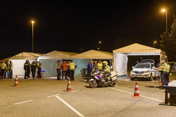 De politie controleerde de voertuigen bij verzorgingsplaats Den Hoek langs de A16 bij Zevenbergschen Hoek.