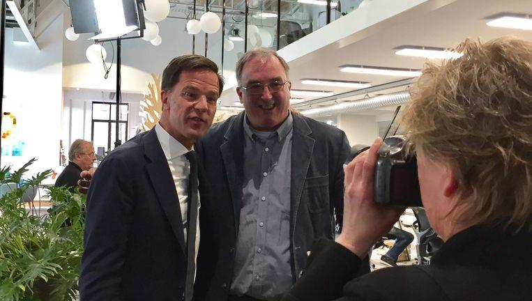 Mark Rutte gaat op de foto met een lezer van de Gelderlander. Beeld