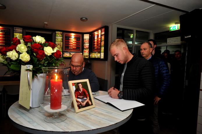 Honderden Dordtenaren hebben donderdagavond in de kantine van DFChet condoleanceregister voor Paul Pluijmert (23) ondertekend.