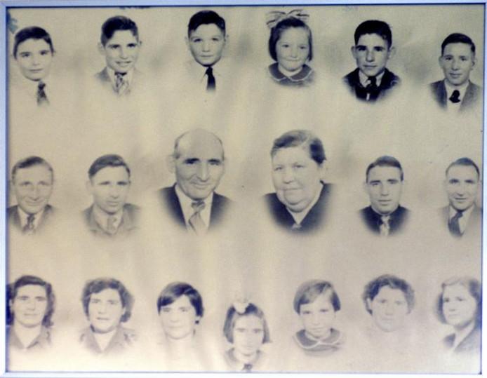 Het hele gezin Van Est hangt bij Klaas thuis aan de muur. Op de tweede rij uiterst rechts Wim en daarnaast Klaas. ;Klaas van Est praat honderduit aan zijn salontafel in Noordschans. 'Het verbaast me dat ik nu zoveel goedheid ontmoet.'foto's Peter van Trijen/het fotoburo