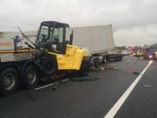 Dode bij ongeval met vier vrachtwagens op A15