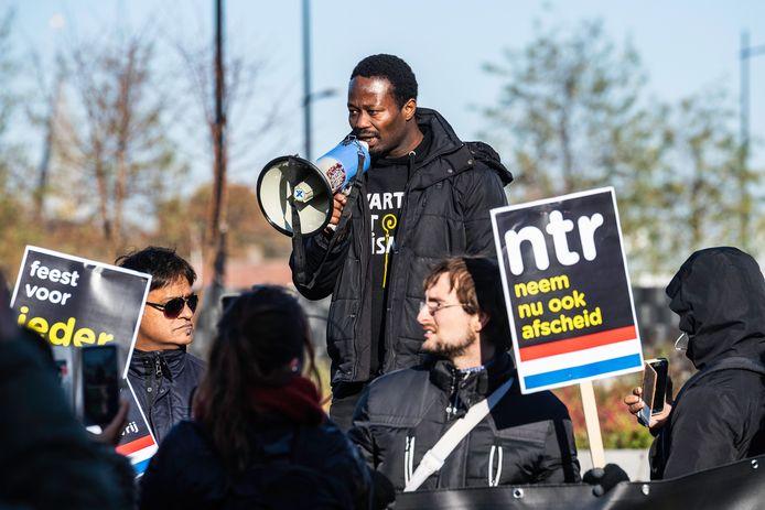 Jerry Afriyie protesteerde met een stuk of vijftig anderen tegen Zwarte Piet.