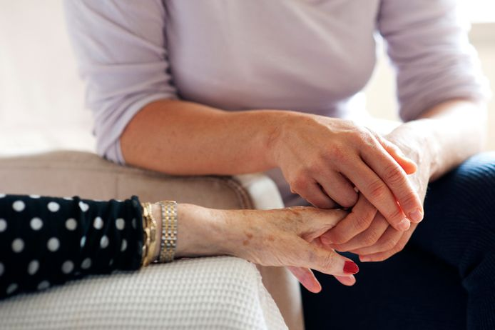 Een medewerkster van Evita Zorg biedt hulp aan een oudere dame.
